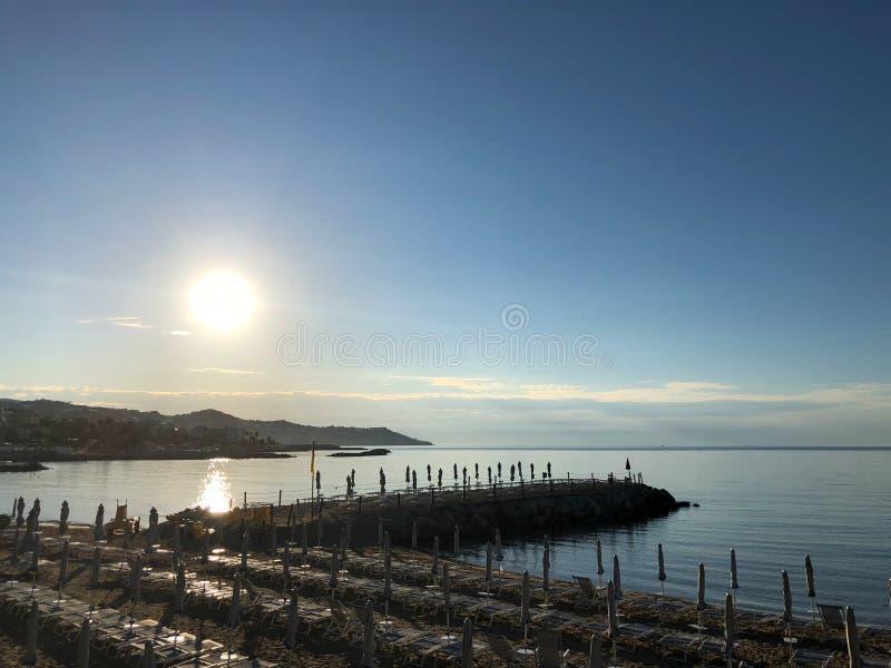 Plage de San Remo au lever de soleil, Italie image stock