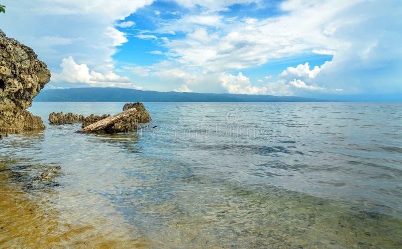 Plage de Siuri au lac Poso l'indonésie photo stock