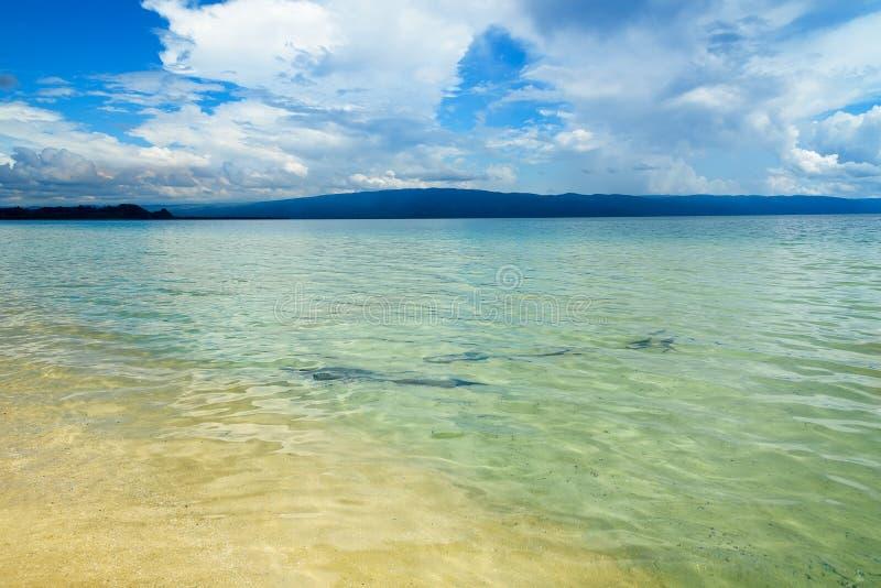 Plage de Siuri au lac Poso l'indonésie photographie stock