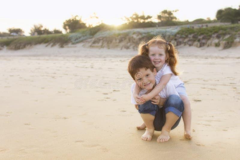 Plage de soeur de frère d'enfants de mêmes parents photo stock