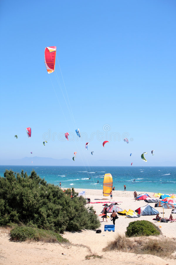 Plage de Tarifa en Espagne emballée avec des kitesurfers photos libres de droits