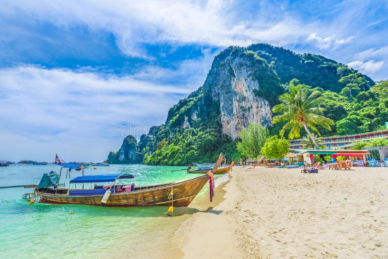 Plage de Tonsai avec les bateaux traditionnels de longtail se garant en île de Phi Phi, province de Krabi, mer d'Andaman, Thaïlan images libres de droits