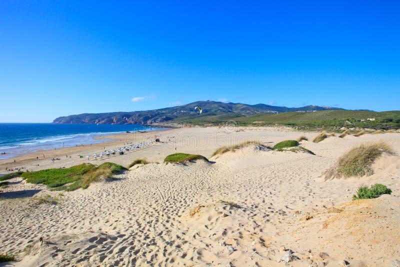 Plage de vague déferlante de cerf-volant de Guincho. Cascais, Portugal images stock