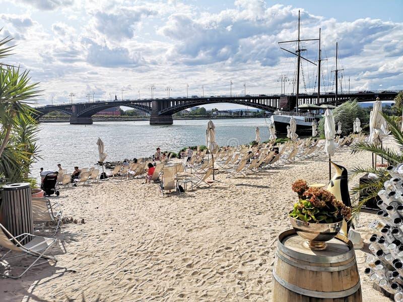 Plage ( de ville ; Rheinstrand) ; à Mayence-Kastel avec le pont de theodor-heuss à l'arrière-plan photographie stock libre de droits