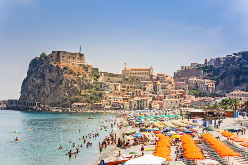 Plage de ville de Scilla en Calabre, saison chaude avec beaucoup de touristes image libre de droits