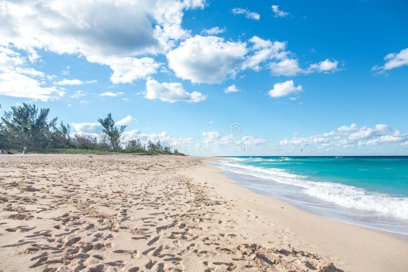 Plage des Caraïbes au Cuba avec le ciel bleu et les nuages photos stock