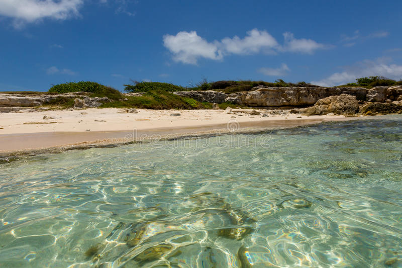 Plage des Caraïbes tropicale rustique idyllique Antigua photos libres de droits