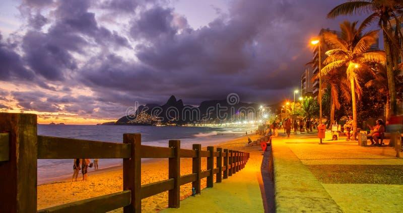 PLAGE DU CARNAVAL IPANEMA DU ` S DE RIO AU COUCHER DU SOLEIL photographie stock