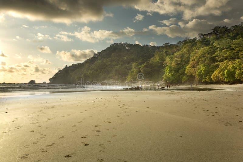 Plage du Costa Rica au coucher du soleil image stock