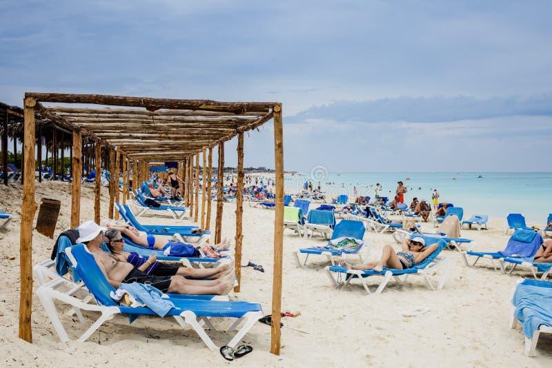 Plage du Cuba avec beaucoup de touristes canadiens images libres de droits