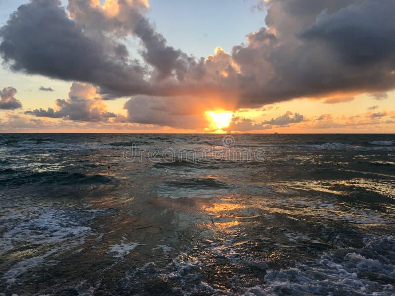Plage du sud, lever de soleil de Miami au-dessus de l'eau images libres de droits