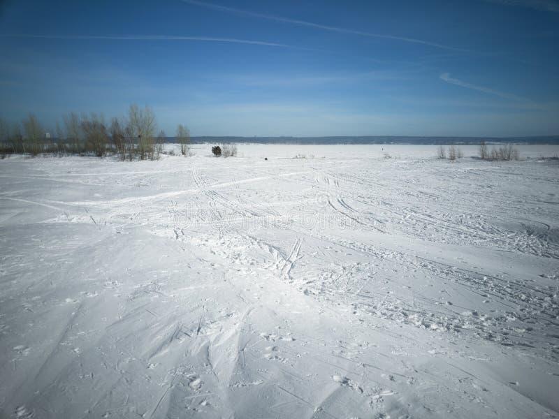 Plage en hiver en Sibérie Neige et glace sur la mer images libres de droits