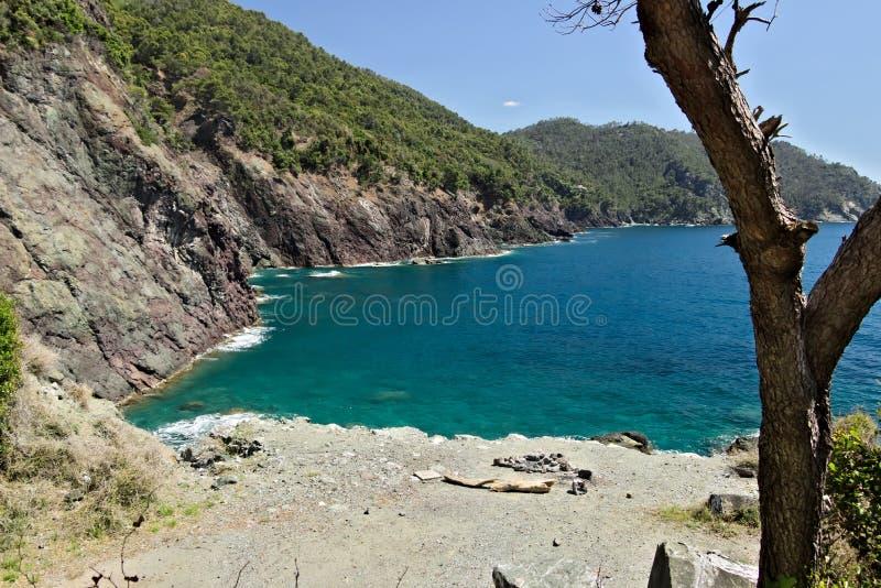 Plage en mer près de Cinque Terre en Ligurie Les roches des montagnes plongent dans la mer bleue photographie stock