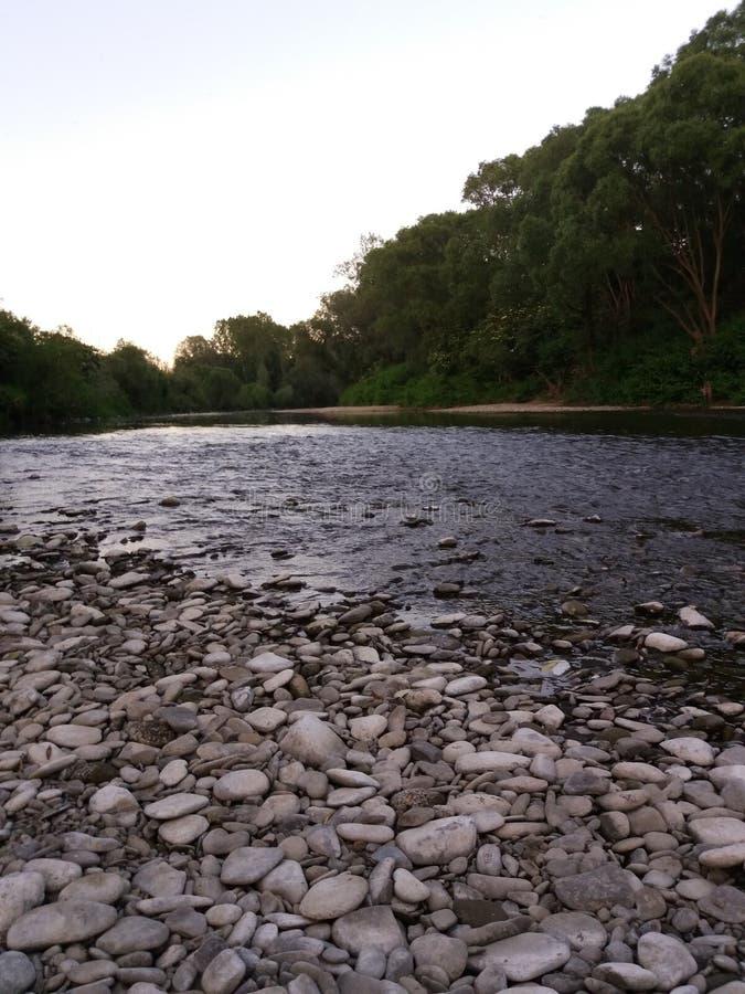 Plage en pierre à la rivière photos libres de droits