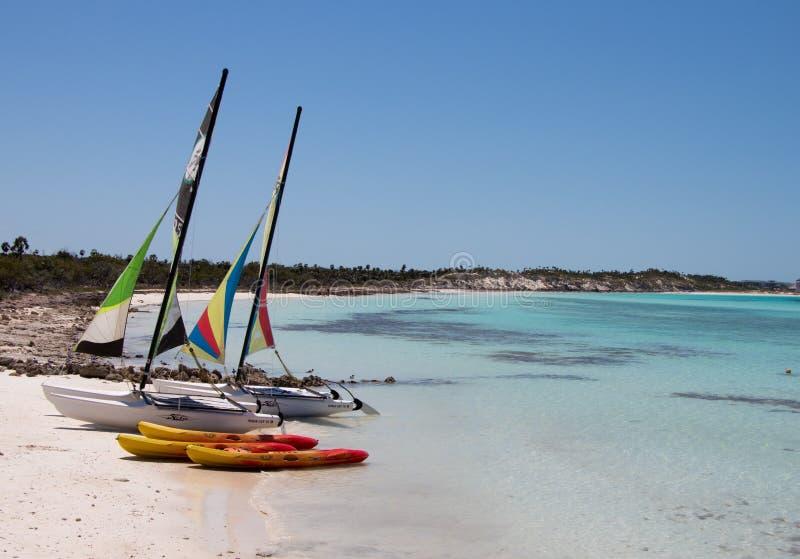 Plage et équipement de sports aquatiques à côté de Playa Pilar, Cayo Guillermo, Cuba photo libre de droits