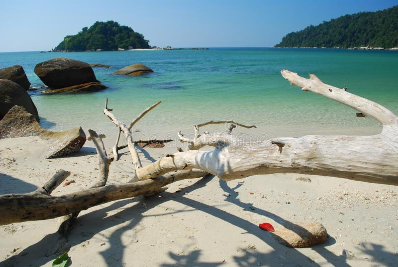 Plage et île blanches de sable images stock