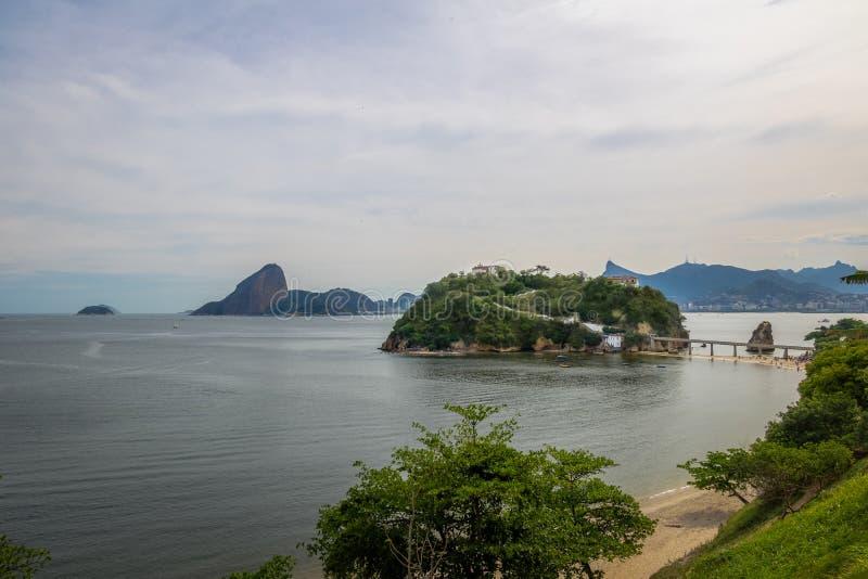 Plage et île de Viagem de boa avec Rio de Janeiro Skyline sur le fond - Niteroi, Rio de Janeiro, Brésil photos stock