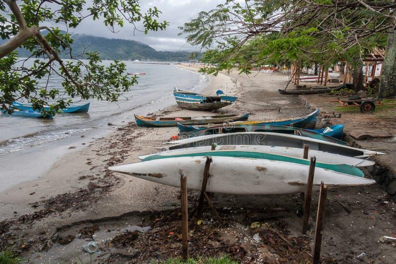 Plage et bateaux Rio de Janeiro Brazil de baie de Paraty images libres de droits