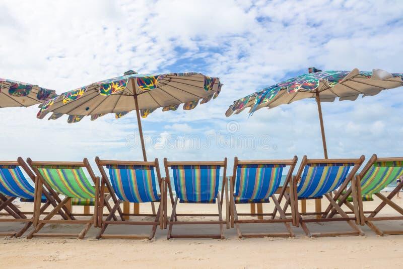 Plage et chaise sur la plage de sable photographie stock