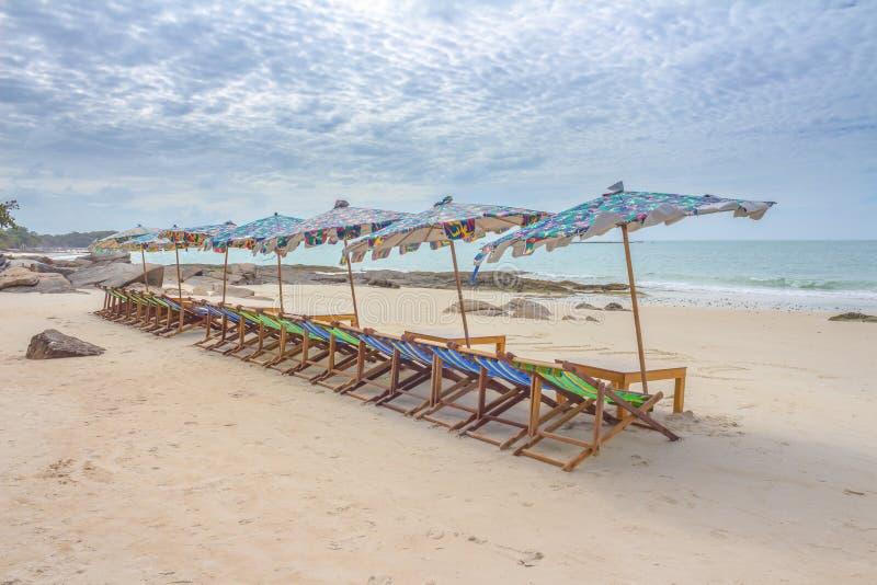 Plage et chaise sur la plage de sable image libre de droits