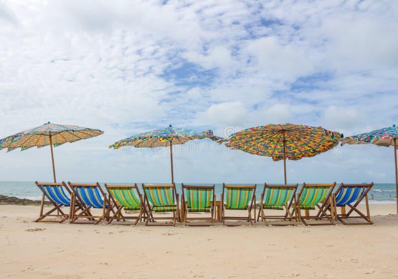 Plage et chaise sur la plage de sable photos libres de droits