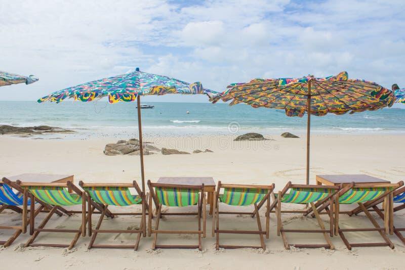 Plage et chaise sur la plage de sable photo stock