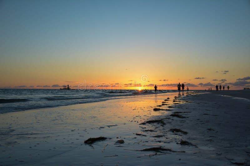 Plage et ciel de coucher du soleil photos libres de droits