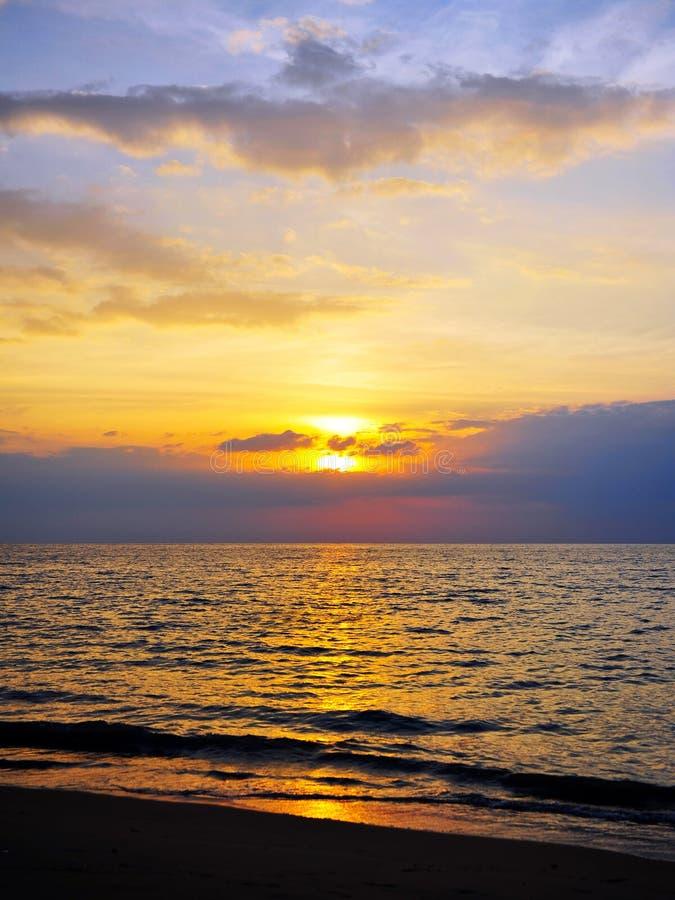 Plage et ciel de coucher du soleil photographie stock