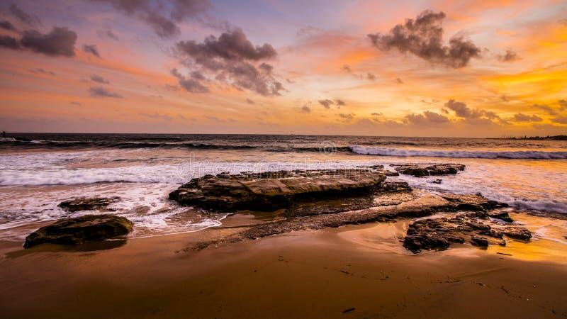Plage et ciel de coucher du soleil photos stock
