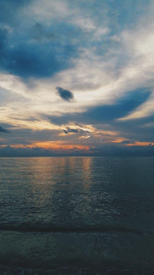 Plage et ciel de coucher du soleil photo stock