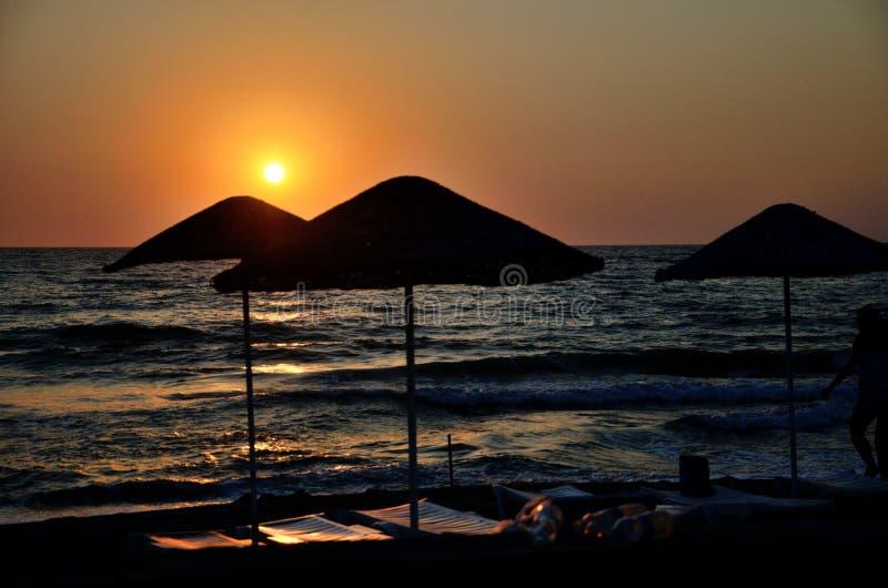 Plage et coucher du soleil dans Kusadasi, Turquie image stock