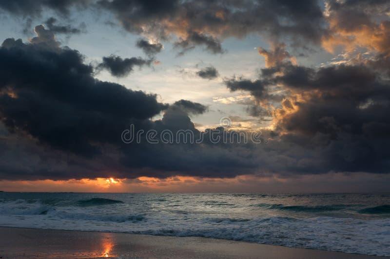 Plage et coucher du soleil de mer images libres de droits