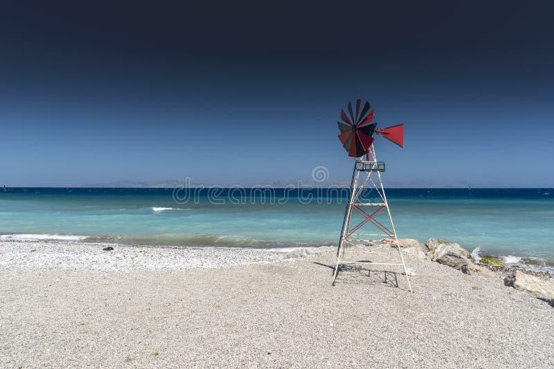 Plage et moulin à vent Rhodes Greece de Kremasti photographie stock libre de droits