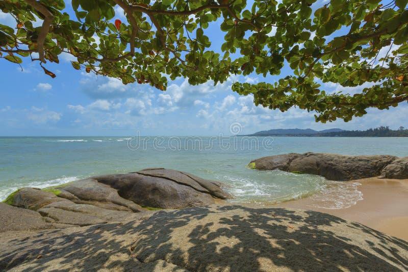Plage et roches chez Koh Samui, Thaïlande images libres de droits