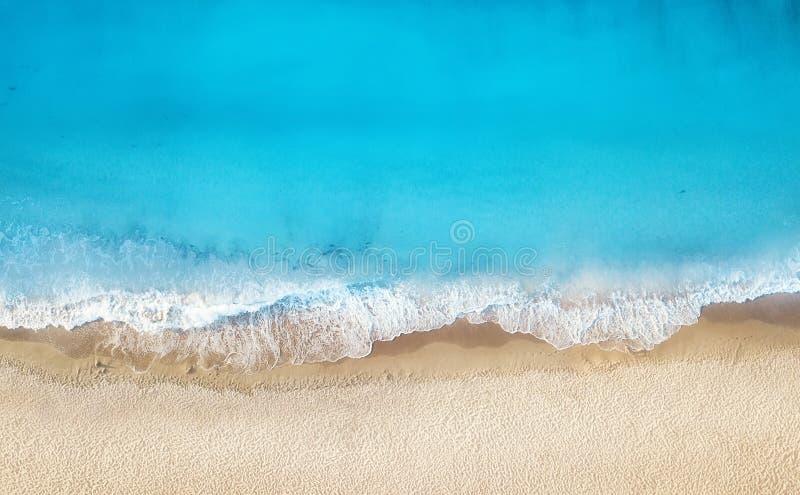 Plage et vagues de vue supérieure Fond de l'eau de turquoise de vue supérieure Paysage marin d'été d'air photographie stock libre de droits