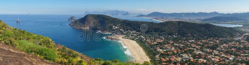 Plage et ville d'Itacoatiara comme vu de la surveillance de montagne à Niteroi, Brésil images libres de droits