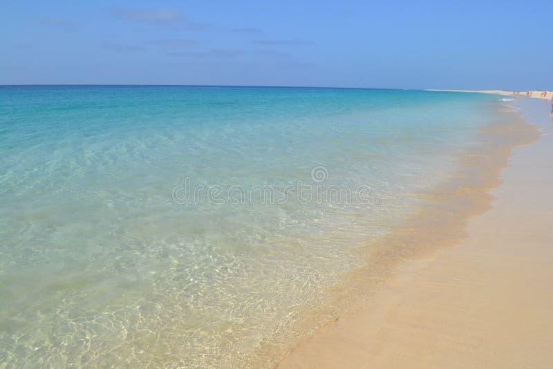 Plage gentille avec la couleur étonnante de l'Océan Atlantique images stock