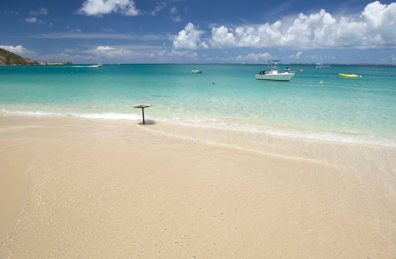 Plage grande de cas à St Martin dans les Caraïbe photos libres de droits