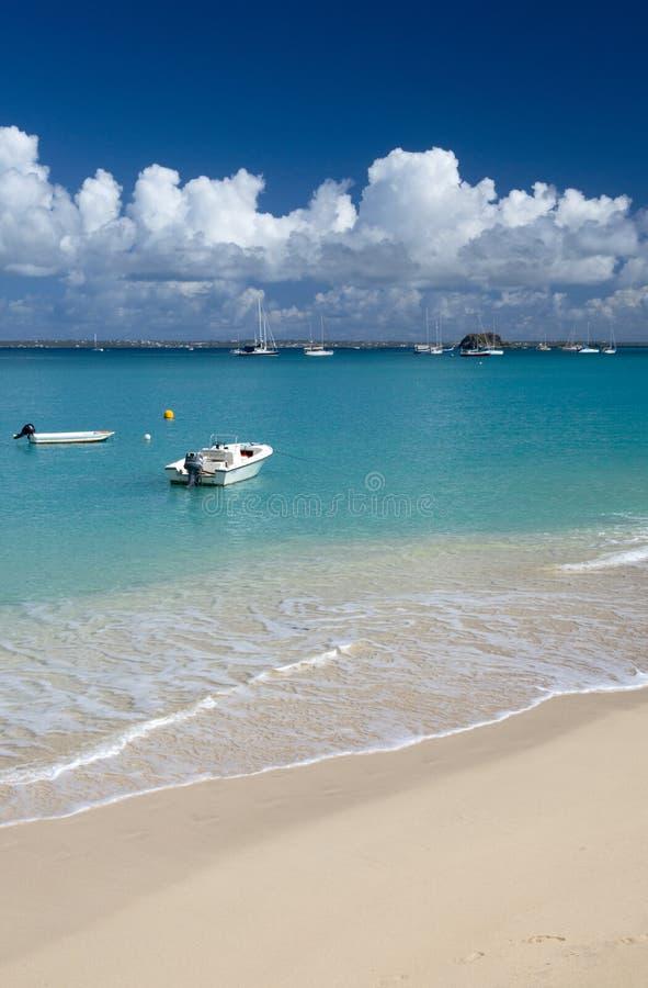 Plage grande de cas à St Martin dans les Caraïbe photo libre de droits
