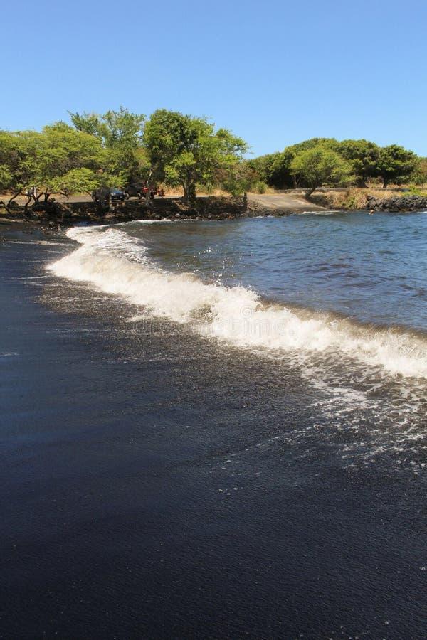 Plage Hawaï de sable de noir du ` u de Punalu image stock