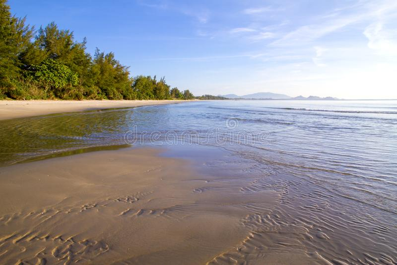 Plage idyllique avec le matin de sunhine à l'interdiction Krut images libres de droits