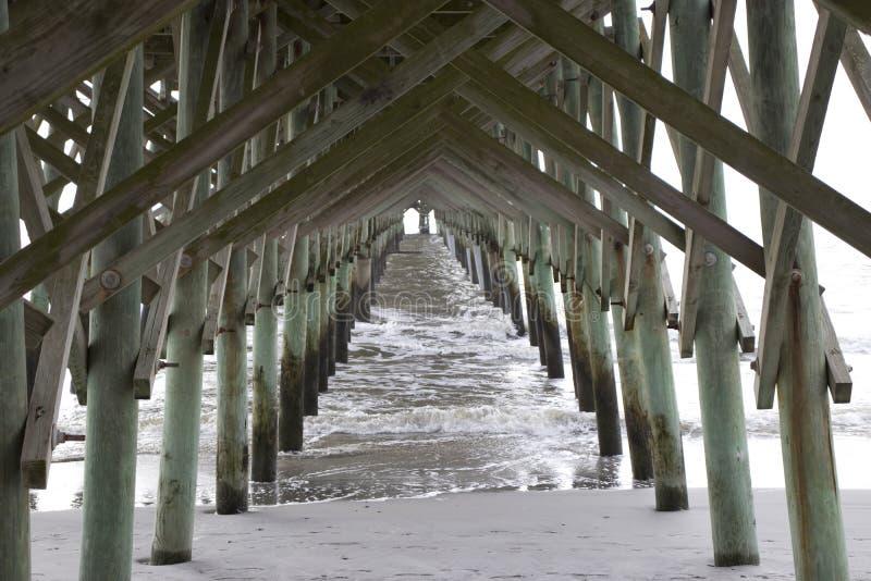 Plage la Caroline du Sud de folie, le 17 février 2018 - regardez en bas de la plage et de l'océan sous le pilier de pêche photographie stock