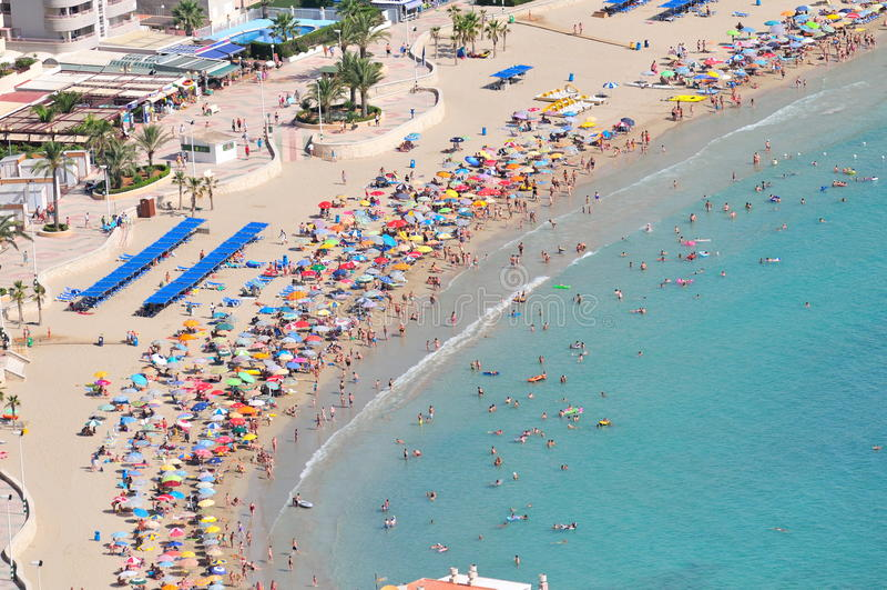 Plage méditerranéenne magnifique de côte en été images stock