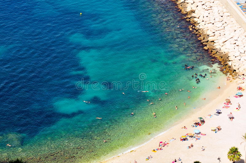 Plage méditerranéenne magnifique de côte en été photo stock