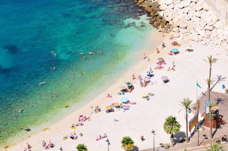 Plage méditerranéenne magnifique de côte en été photographie stock