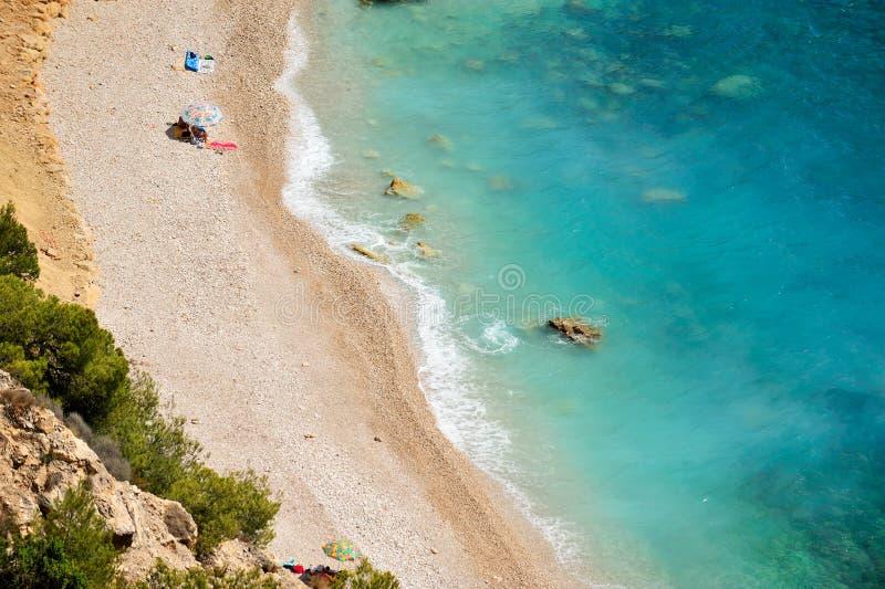 Plage méditerranéenne magnifique de côte en été photos stock