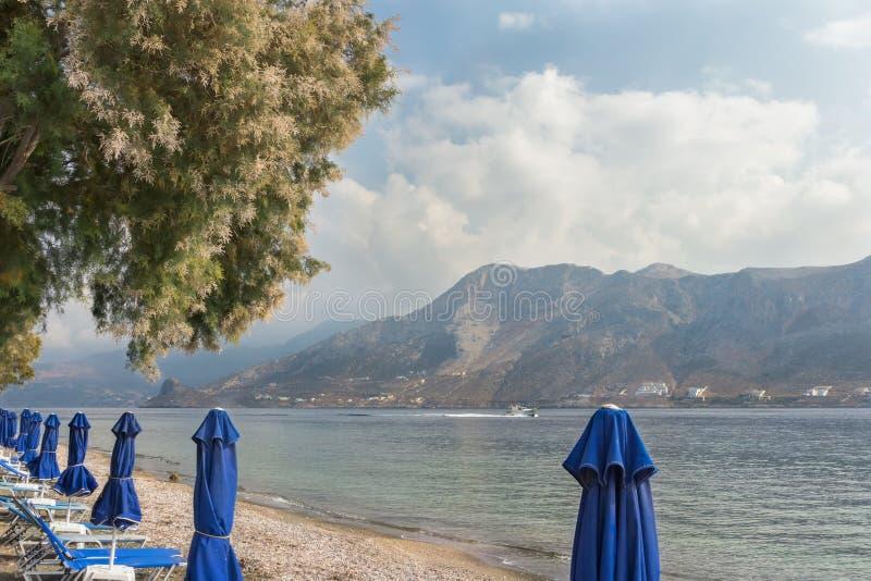 Plage méditerranéenne sur l'île de Telendos de Grec photo stock