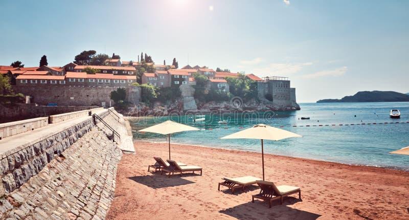 Plage Monténégro de Sveti Stefan Milocer de lieu de villégiature luxueux d'hôtel de plage de vue de mer photo stock