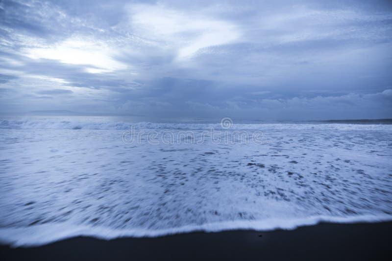 Plage noire de sable dans l'Océan Indien photographie stock libre de droits