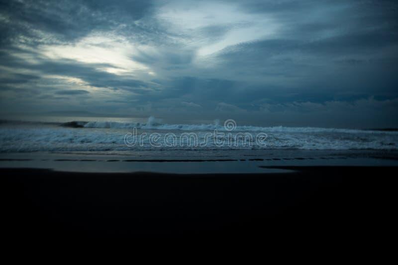 Plage noire de sable dans l'Océan Indien image libre de droits